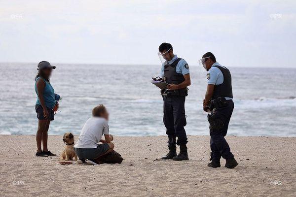 Les forces de l'ordre renforcent les contrôles à La Réunion pour faire respecter le confinement en ce week-end de Pâques.