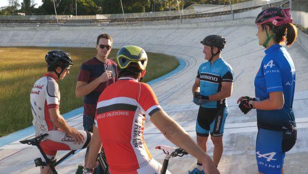 Le président du comité régional de cyclisme, les parents d'Hugo, leur fils et Rayann.