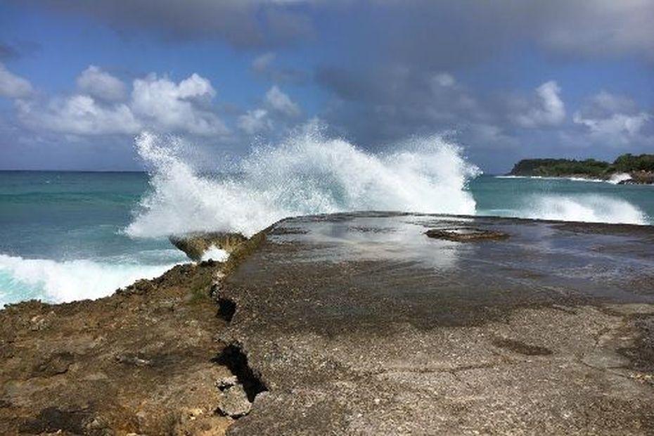 Mer dangereuse à la côte : passage en vigilance orange - Guadeloupe la 1ère