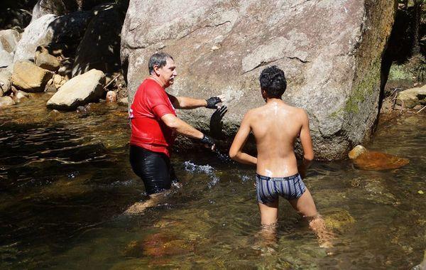 La randonnée en VTT se termine dans «la marmite», le célèbre trou d'eau sur la Thy.