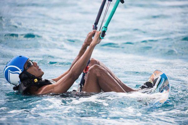 Barack fait du kitesurf