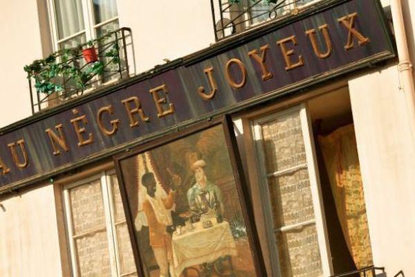 """L'enseigne """"Le Nègre Joyeux"""" va devoir quitter sa façade du Ve arrondissement pour entrer au musée."""
