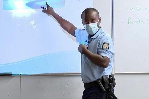 Gendarme à l'ecole