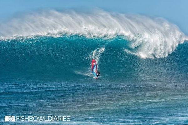 Sarah Hauser a ridé une vague de 10 mètres de haut à Hawaï. Une performance inégalée chez les dames.