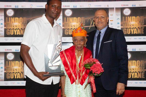 Hortensia entouré de Alexis Arnaud et Jean-Pierre Karam, président de l'association Megamazonie, organisatrice du Gala des Lindor