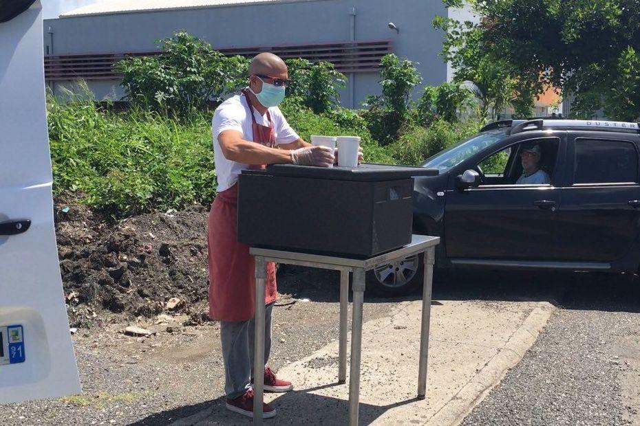 Confinement : le drive-in sans contact pour vendre de la soupe locale - Guadeloupe la 1ère