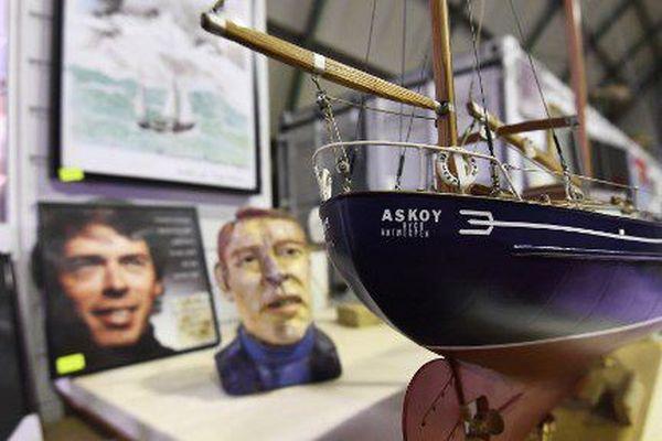 Dans le hangar du Askoy II, le voilier de Jacques Brel