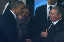 la poignée de mains a eu lieu alors qu'Obama montait à la tribune pour prononcer son discours