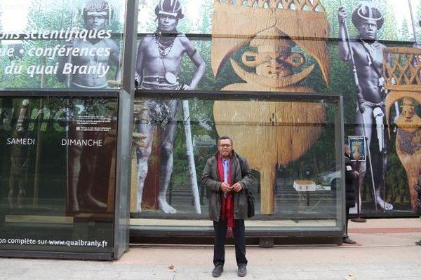 Emmanuel Tjibaou devant le Musée du Quai Branly