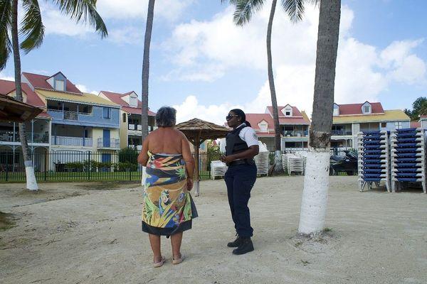 Contrôle de police sur une plage en Guadeloupe