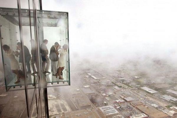 A 412 mètres au-dessus du vide, la cabine d'observation se fissure sous les pieds des touristes