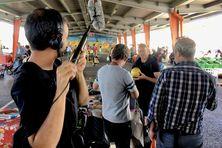 L'équipe de tournage au marché de Ducos