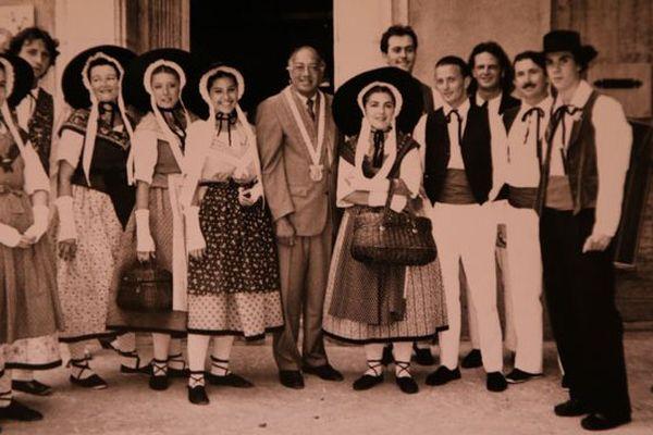 Jacques Cestor entouré de tambourinaïres provençaux
