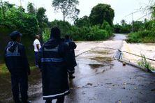 La police municipale constate l'inondation du pont