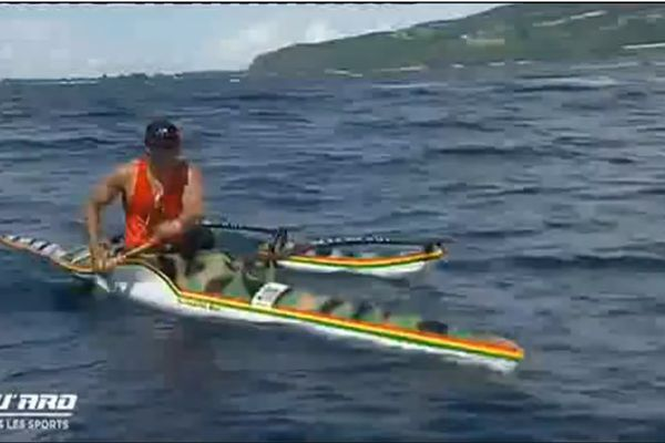 Steeve Teihootaata survole la première épreuve de pirogue de la saison