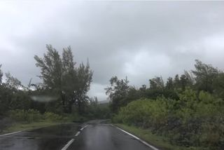 Ciel gris et la route mouillée dans les hauts