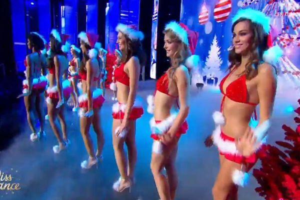 Le défilé en maillot de bain de Mère Noël des 12 finalistes - Election Miss France 2016