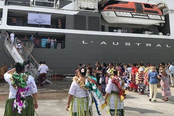 """Débarquement de passagers du navire de croisière """"l'Austral"""""""