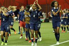 Les arrières défenseurs Laura Georges (au centre) et Wendie Renard (à droite).