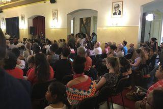 La salle de délibération de la mairie de Cayenne bondée pour le débat Montagne d'Or