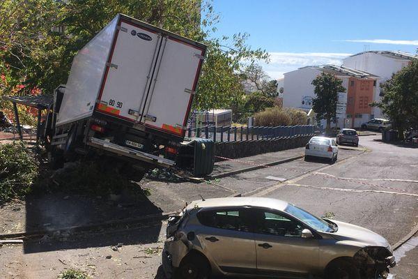 Accident spectaculaire impliquant un camion