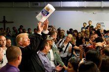 Lors de sa visite à Porto Rico après le passage de l'Ouragan Maria, Donald Trump s'est amusé à jeter des rouleaux de papier cuisine dans la foule.