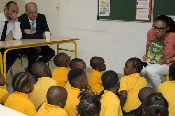 Jean-Michel Blanquer et Edouard Philippe dans une classe à Grand Case, lors de leur visite le 6 novembre 2017