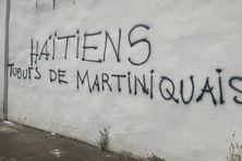 Propos hostiles sur un mur à Fort-de-France.