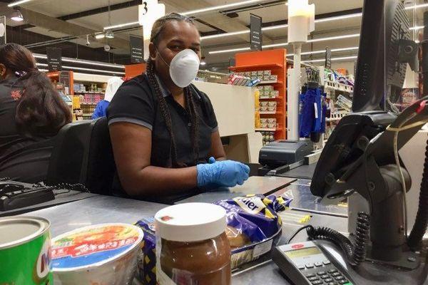 Coronavirus, caissière masquée au Korail Pont-des-Français, 28 avril 2020