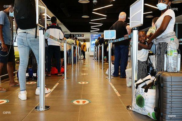 coronavirus aéroport passagers attente enfant voyageurs