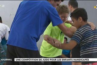 Une matinée judo pour des enfants et des adultes handicapés.