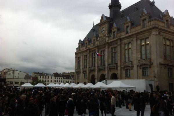 La foule devant l'hôtel de ville de Saint Denis