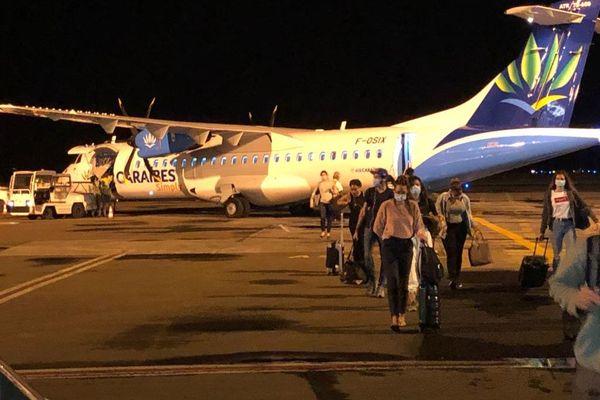 Arrivée des étudiants martiniquais sur le tarmac de l'aéroport Aimé Césaire (samedi 6 juin 2020)