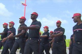 Pompiers au défilé sur les champs élysées