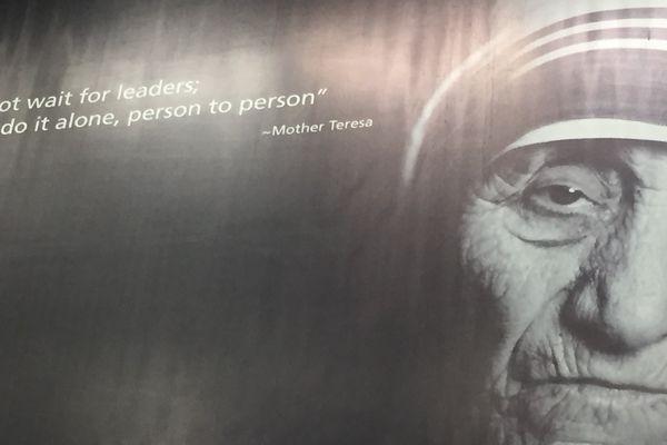 Mère Teresa, Prix Nobel de la paix pour son action en faveur de plus démunis.
