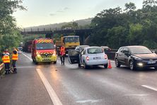 L'accident survenu ce mercredi à l'Etang-Salé a provoqué un important embouteillage entre les échangeurs de l'Etang-Salé et de Saint-Leu, en direction de Saint-Pierre.