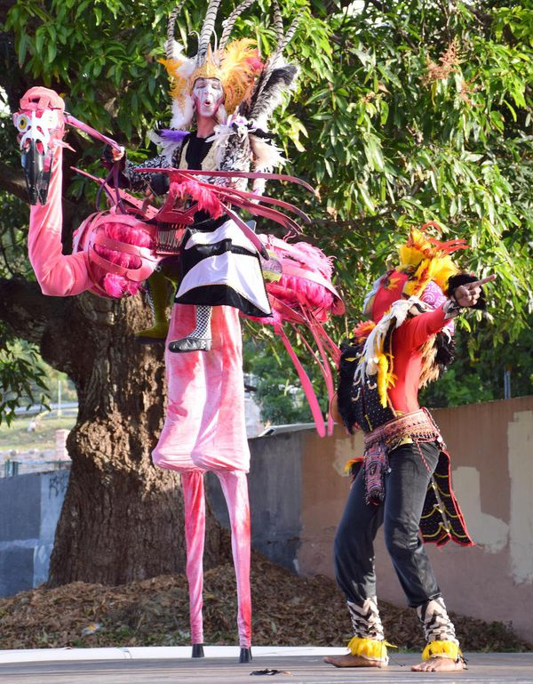 Photo flamant rose chaman compagnie Dragon knights et Simane Wenethem au festival Pikinini (10 juin 2017)