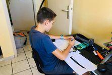 Confinement 2021 à Poindimié, Jules travaille dans sa chambre.