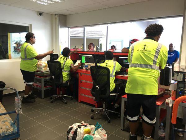 Nouvelle aérogare de fret à Magenta, agents au comptoir (2 février 2018)