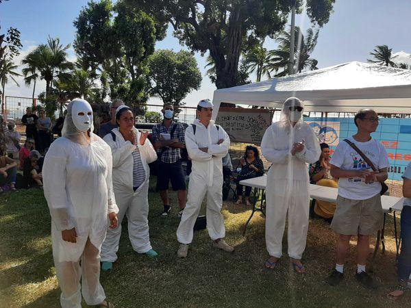 manifestants masques blanc covid