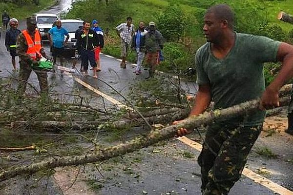 Les Rodriguais, aident l'armée à dégager les routes mars 2019