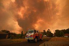 Un camion de pompiers stationne sur une route alors qu'un feu ravage les environs de Bargo, au sud-ouest de Sydney, le 21 décembre.