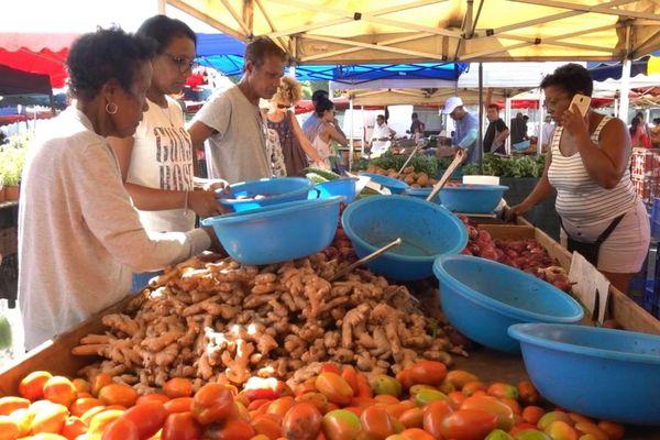 Le marché de Sainte-Suzanne.