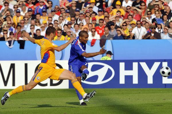 Florent Malouda face au défenseur Gabriel Tamas durant l'Euro 2008