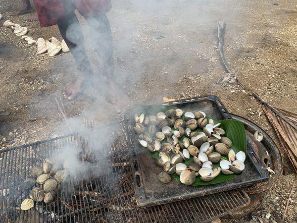Coquillages cuits au feu de bois Goro