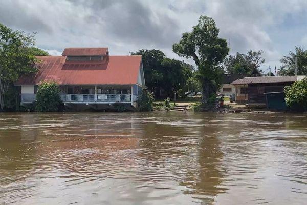 Le Maroni en crue, les rives d'Apatou inondées