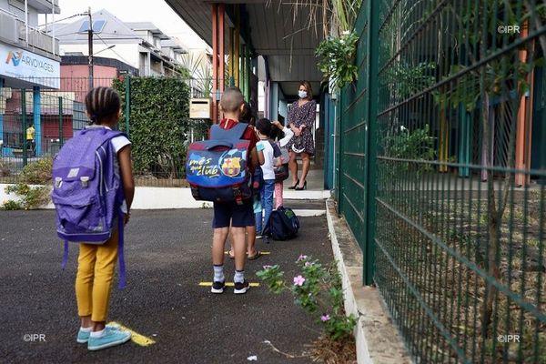Des enfants reprennent l'école à La Réunion après deux mois de confinement.
