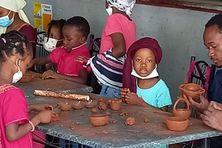 Les enfants ont apprécié la pratique de la poterie, une activité en voie de disparition.