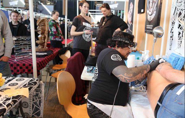 Mondial du tatouage à Paris : Roonui en plein travail