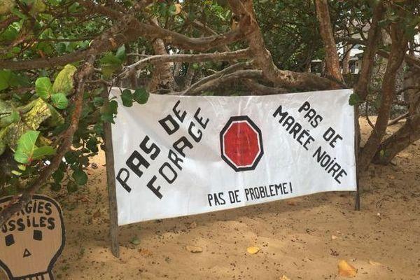Banderole des opposants aux forages de pétrole au large des côtes de Guyane